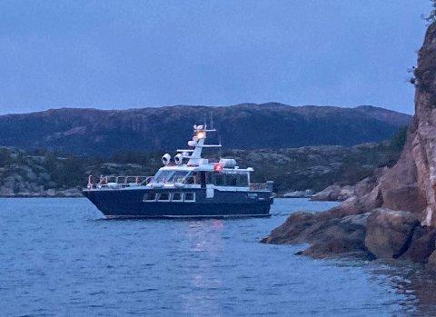 SØKER: Båten «Utvær» frå Redningsselskapet er på plass i Gulen og hjelper til i søket etter moglege sakna personar.