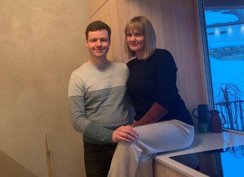 NØGDE: Rune Karlsen og Kari-Anne Hatlestad Karlsen er svært nøgde med huset slik det har blitt. Her på kjøkenet.