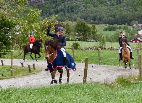 ÆRESRUNDE: I helgen ble Villingurstevnet arrangert på Fossanmoen med 62 hester og ryttere.