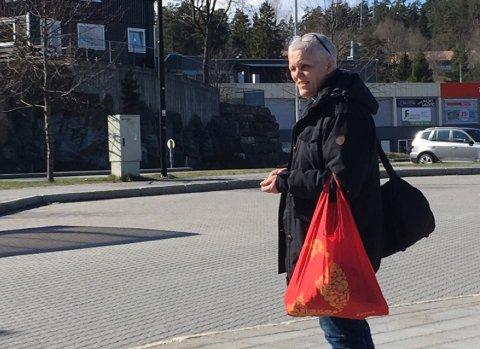 I TELEMARK: Langfredag ble den 59 år gamle svindeldømte kvinnen observert på Skjelsvik. Herfra tok hun bussen videre til Porsgrunn sentrum. Foto: TA-tipser