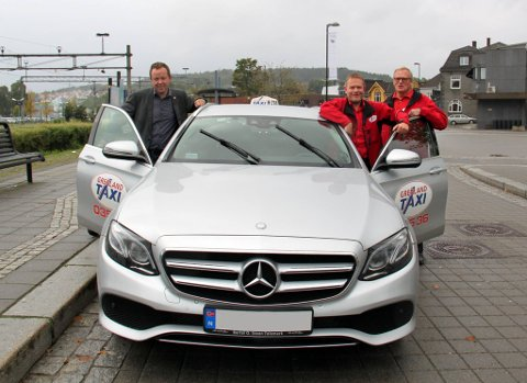 ORDNER SKYSS: Ordfører Robin Kåss, taxisjåfør Petter Gulløy og daglig leder Stein Inge Grimsrud i Grenland taxi.