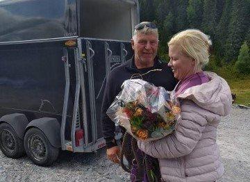 ENDELIG: En svært takknemlig Åsmund kom med blomster og finnerlønn til Eva Kristin.