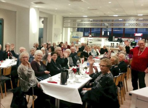JUBILEUM: Heddal pensjonistforening feiret sine 70 år med rundt 80 til bords i kantina på Notodden videregående skole. Stemningen var god. foto: Åslaug Sem-Jacobsen