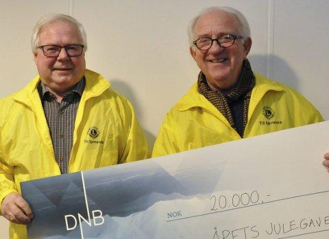 20000 fra lions: Bjarne Bakken og Arne Kolsrud overrakte forleden 20000 kroner til Årets julegave.