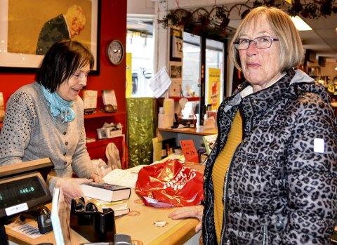 Godbiter: Helga Holm fikk med seg fire av de åtte bøkene hun har forhåndsbestilt fra mammutsalget, og er enig med driver Wenche Brattli om at det er mange godbiter i år blant de 800 boktitlene.
