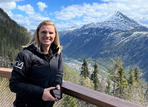 """Rjukan har fått """"Merket Bærekraftig reisemål"""" . Hege Næss, daglig leder i visitRjukan, er fornøyd."""