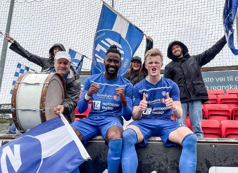 MÅL: Nicholas Grinde og Jørgen Voilås sørget for scoringene, mens Karl Arne Lia og tidligere NFK-spiller Kjetil Tøsse sørget for stemning på tribunen i Trondheim.