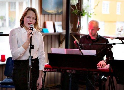 Sandra Røskar og lærer/rektor Rune Eide.