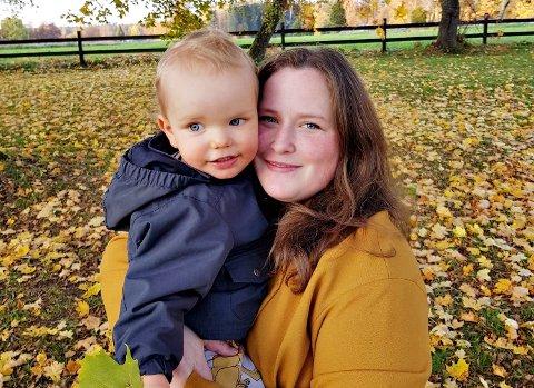 Gunhild Marie Täringskog flytter fra Sverige til ny jobb i Averøy. Her sammen med sønnen Lukas Kristian (2).