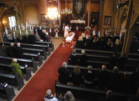 SISTE FARVEL: Tommy Stormo forrettet ved bisettelsen til Elisabeth Maridal i Frei kirke onsdag.