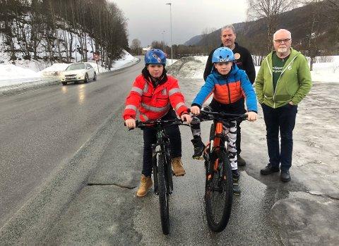 VÅR TUR: Brødrene Markus og Håkon Aune håper sammen med lokalpolitiker Erik L. Moen (MDG) og pappa Roar Aune at byggingen av gangveien Vindøla - Røv starter opp snart. – Vi har ventet i mange år, nå er det vår tur, sier øverbyggen.