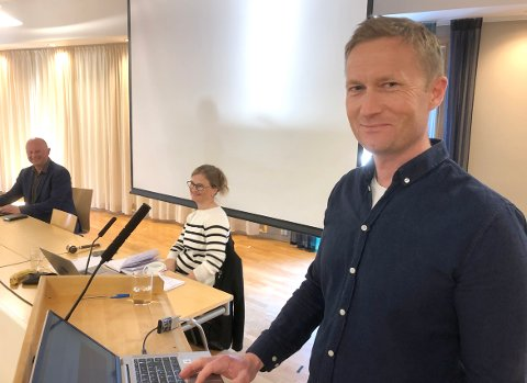 LOKALT: Anders Grimsmo i Consto Midt-Norge avdeling Surnadal sier at bedriften bruker lokale samarbeidspartene og leverandører når det er mulig, også når det nå bygges skole på Øye.