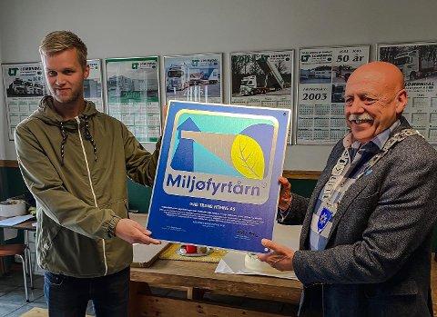 Ordfører Odd Jarle Svanem (til høyre) hadde mandag æren av å overrekke den signerte plaketten til Heim-bedriften Gas Trans Hemne AS. Plaketten viser at bedriften er godkjent Miljøfyrtårnbedrift og det var HMS- ansvarlig i Øystein Lomundal som tok imot plaketten på vegne av bedriften.