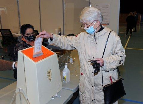 Laila Aasgaard Stavik var den første til å putte sin stemmeseddel i urna i valglokalet i Braatthallen søndag.