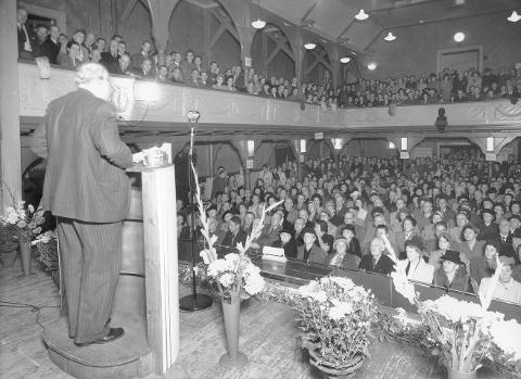 """MØTESTED: """"Arbeider'n"""" var i sin tid Tønsbergs storstue, stedet for alle slags arrangementer. Her er Høyres mangeårige formann og stortingspresident C.J. Hambro (1885 - 1964) på talerstolen."""