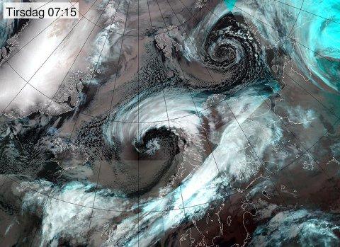 Stormen ligger nå utenfor Nordland som en hvit snurr av høye skyer.