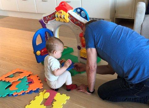 LIVET LEKER: Barneleker er vel og bra, men bestefars leker som kommer fra Elkjøp og Power er mye morsommere.