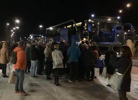 FLERE BUSSER: Passasjerer fra toget venter på busser på Skoppum.