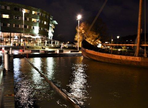 HØYVANN: Vannet hadde steget godt søndag kveld klokken 18. Det er ventet høy vannstand også mandag morgen.