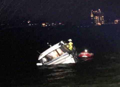 Her ligger båten som gikk på grunn. Der blir den trolig stående helt til en kran kan få den løs fra grunnen.