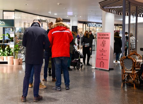 KØ: Folk i kø utenfor Vinmonopolet i Farmandstredet lørdag 23. januar 2021 . Samme dag som det ble kjent at polet stenger i ti kommuner rundt Oslofjorden på grunn av koronaviruset.