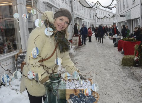 På Julemarked: Elisabeth Ellefsen var med på lørdagens julemarked i gågata i Tvedestrand, der hun stilte ut noen små egenutviklede designprodukter.Foto: Øystein K. Darbo