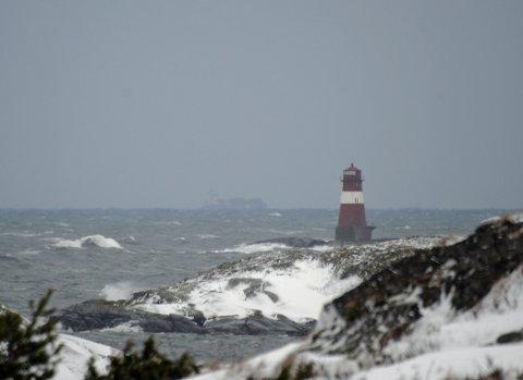 Meteorologene advarer mot vinterstorm langs hele Tvedestrandskysten fra Lyngør fyr til Ytre Møkkalasset fyr. Det er også varslet store nedbørsmengder og folk advares mot å oppsøke utsatte steder.
