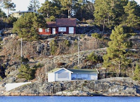 Vil utvide: Denne grå hytta i Kilsund har søkt om utvidelse av hytta. En hyttenabo har sendt inn klage på det planlaget tiltaket, og nå går klagen videre til Statsforvalteren for endelig behandling. Foto: Skibsaksjeselskapet Hesvik