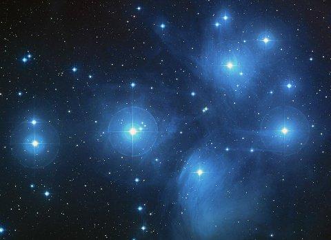 Mange liker å se på stjernebildene og stjerneskudd som faller. Natt til søndag blir det god anledning til det.