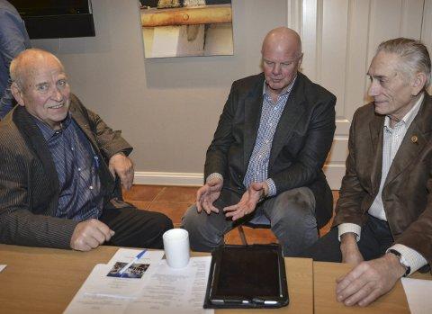 Partene: Bildet ble tatt i 2017. I midten daværende ordfører Jan Dukene, som nå sitter i Eldrerådet. Til venstre Ander Grændsen, leder for Holt Pensjonistforening. Til høyre Ragnar Loftad, leder av Eldrerådet.