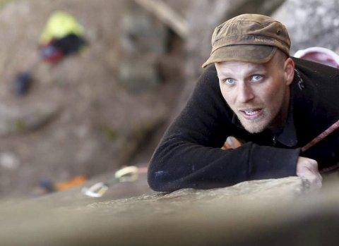 Solfjeldparken: Fredrik Gundersen har holdt på med paragliding i noen år nå, men de siste par årene har han også fått øynene opp for klatring. Her på tur i Solfjeldparken i Tvedestrand.  Foto: Privat