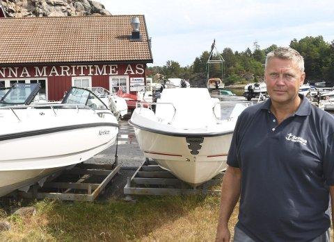 To steder: Daglig leder Rolf Arne Juul Olsen ønsker å satse mer på salg av båter, båtmotorer og båtutstyr. Opplag og verksted skal fortsatt være på Hantho, men planen er å bygge et nybygg på Grenstøl i tillegg. Arkivfoto