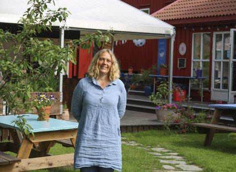 Forbereder storinnrykk: I fjor var det lange køer til kafeen til Linn (og Ragnvald) Zwilgmeyer, i år har de tatt grep for å øke kapasiteten. Hele åtte ungdommer skal ha sommerjobb her i år. Foto: Marianne Stene