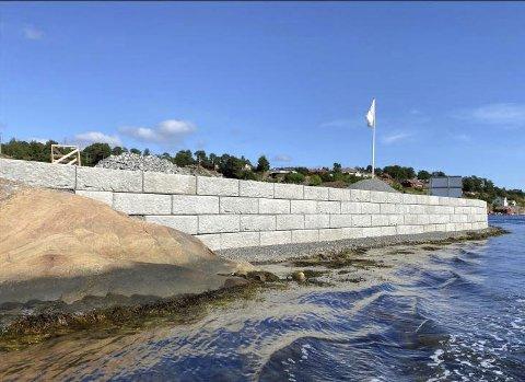 Høyden: Beboerne som har stilt spørsmål ved muren mener også at den er unødvendig høy i forhold til plenen bak.