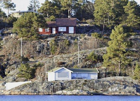 Nei fra statsforvalteren: Det er eierne av den grå hytta som har søkt om å få utvide hytta. Arendal kommune sa ja, men dette vedtaket ble omgjort av Statsforvalteren. Foto: Skipsaksjeselskapet Hesvik