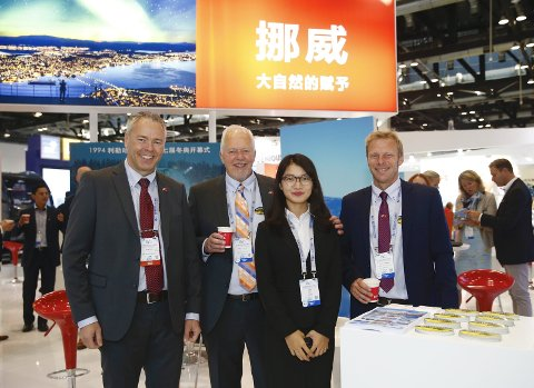 Avtale: 3. januar går turen til Harbin for signering av ei avtale mellom kinesisk reiseliv og Beitostølen. Her fra en tur til Kina i september, f.v. Atle Hovi, Bjørn B. Jacobsen, den kinesiske representanten og Tor Håvard Kolbu.