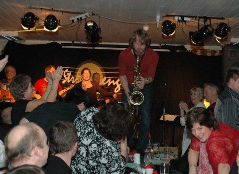 PÅHØYDEN:Strie Strenger i sitt ess med Sindre Sandvik på sax på et langbord på Dam under Rocka romjul i 2007.