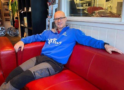 ERFAREN SJÅFØR: Tommy Rustad fra Harestua har holdt på med bil så og si hele livet. Nå har han byttet ut racing med tømmertransport.