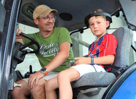LEVERER: Johan Kjus (7) har Kaptein Sabeltann på øret og bygg i tilhengeren. – Vi har levert tre lass og har igjen to, forteller pappa og gårdbruker Morten Kjus. (Sveip for flere bilder.)