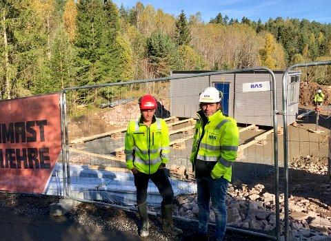 I gang: (f.v.) Byggeleder Sebastian Hansen fra Betonmast og Thomas Pettersen fra underleverandøren Bas maskinutleie, som leverer brakkene.