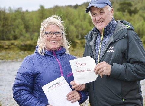 VINNER: Her får vinneren glåmosingen Odd Arild Haugvoll sin vinnerpremie på 3000 kroner fra Gunnveig Sandnes. fra arrangørene.