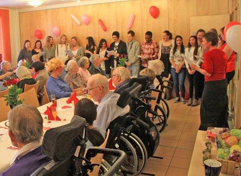 Koret fra Ås videregående skole synger for de eldre på Moer sykehjem.