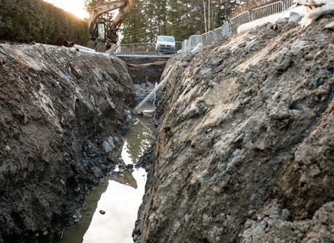 LANGSIKTIG ARBEID: Bitvis opprusting av infrastruktur som vann- og avløp og effektiv drift gir Ås kommune de laveste kommunale avgiftene i Follo. Her fra utskiftning av kloakkrør i Dysterlia.