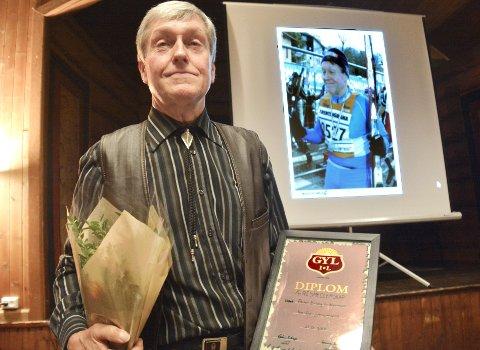 Æresmedlem Peder Erling Guttormsen. Og i bakgrunnen et lysbilde av skiløperen Guttormsen.