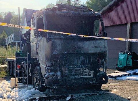 Det oppsto brann i en lastebil i Gjerstad i natt, her står den utbrent. Brannårsaken skal fortsatt være ukjent.