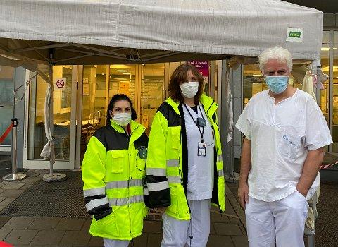 KORONATILTAK: Før du kan gå inn på legevakta i sentrum sørger sykepleierne Kjersti (t.v) og Laila for at smittevernhensyn ivaretas. Her sammen med avdelingsoverlege for skadelegevakten, Knut Melhuus.
