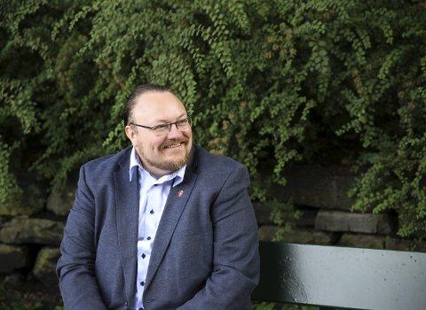Ser opp til hagen: – Carl I. Hagen har for meg vore ein solid partibyggjar som tør å seie klart kva han meiner, seier Bjarte Vatnøy.FOTO: Lone Kjølsrud