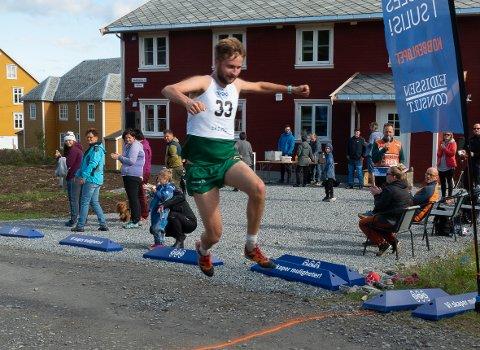 Jakob Kalvik Skogan svever over målstreken.