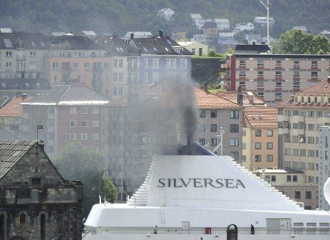 Kontrolleres: Cruiseskipene står for store mengder utslipp i Bergen Havn.