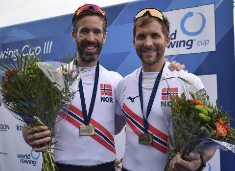 Are Strandli (t.v.) og bergenser Kristoffer Brun kunne smile etter bronse i sesongens tredje og siste verdenscupregatta. Det er også den eneste konkurransen duoen har deltatt i denne sesongen. – Her ser vi at det ikke er fryktelig langt opp til de beste, sier Brun. Foto: Estela Reinoso